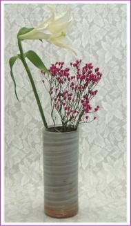 伝統的工芸品萩焼花入刷毛青筒を使ったイメージ
